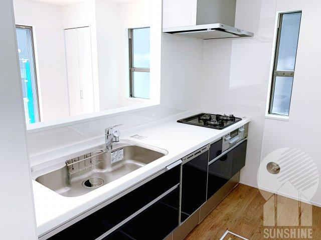食洗器や浄水器付きの黒を基調の落ち着きのあるキッチン
