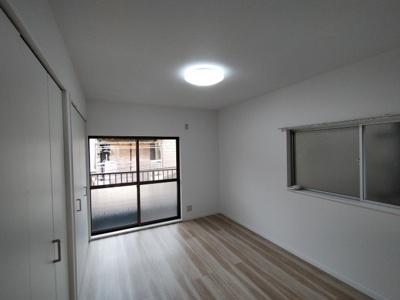 3階東側の洋室(6.0帖):東向きバルコニーに面した2面採光が入る明るいお部屋です。