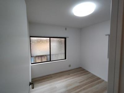 2階洋室(4帖):2面採光の入るお部屋です。