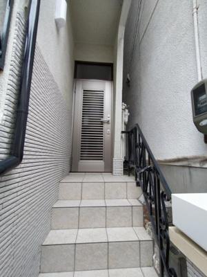 玄関は階段上がるとあります。 玄関ドア交換しています。