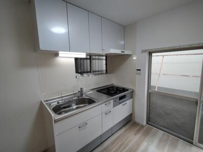 システムキッチンは新調していて大変綺麗です。窓があるので、明るく快適にお料理する事ができますね♪