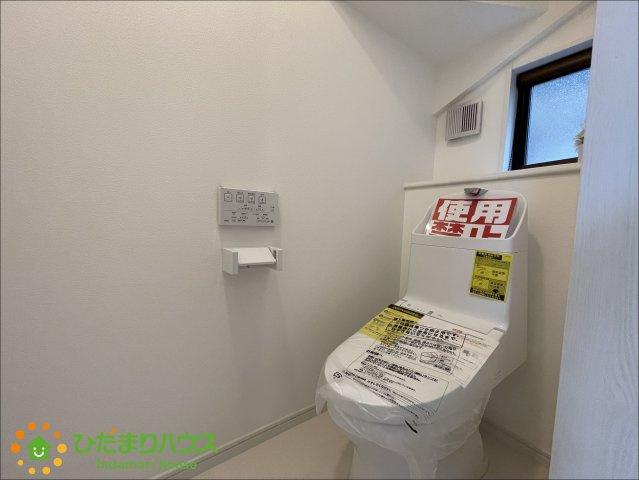 圧迫感の無いトイレ。温水洗浄便座付きトイレを完備しております。