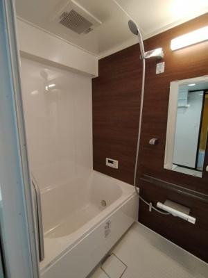 木目調のパネルが素敵な浴室です。リフォーム済ですので、カビの心配なく気持ち良くご利用いただけます。