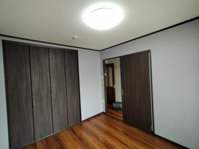 洋室:こちらのお部屋にはクローゼット収納がついています。