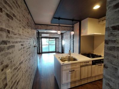 レンガ模様の壁がオシャレで素敵なLDKです。 キッチンは対面式ですので、リビングのTVをみながらお料理する事も!!