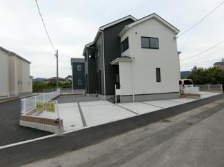 駐車スペースはコンクリート舗装と砂利敷きで整備されています。