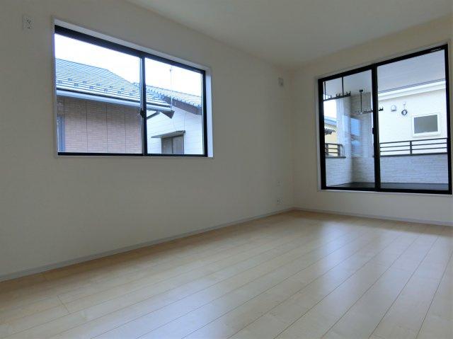2階7.5帖の洋室です。2方向に窓がある明るく過ごしやすいお部屋です。