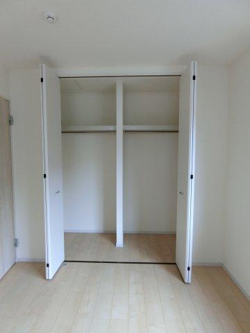 2階7.5帖の洋室の大きなクローゼットです。枕棚、ハンガーパイプ設置されています。