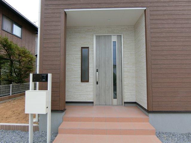 玄関アプローチです。オリジナル門柱は表札、TVモニター付きインターホン、ポストがセットになっています