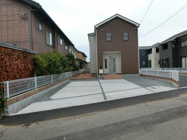 駐車スペースはコンクリート舗装と砂利敷きで整備されています。並列で駐車3台可能です。