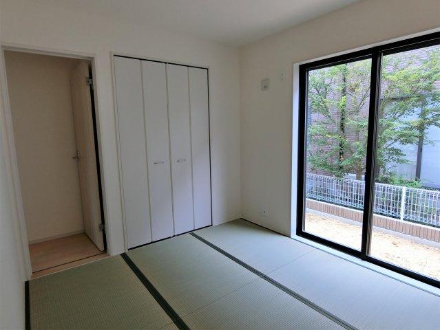 4.5畳の和室です。リビングとの間の引き戸を開放するとさらに広々した空間になります。