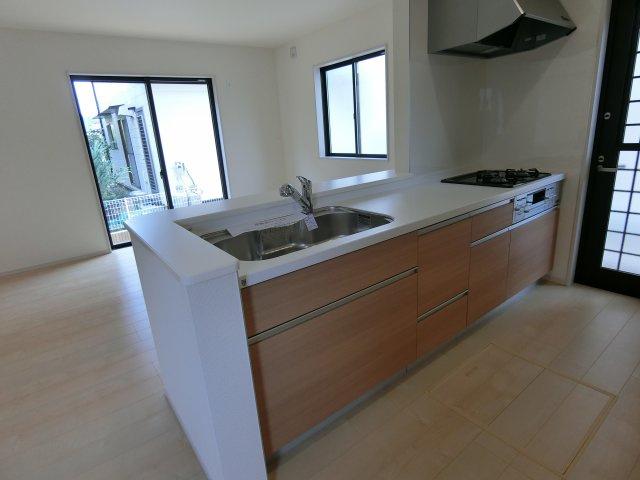 対面式システムキッチンです。勝手口はゴミ出しや通風確保に活躍します。
