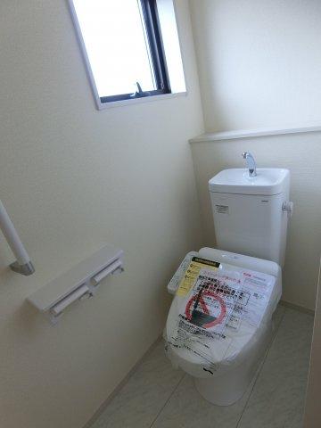 トイレは1,2階両方にあります。2階にトイレがあるのは嬉しいですね。手すり付き。
