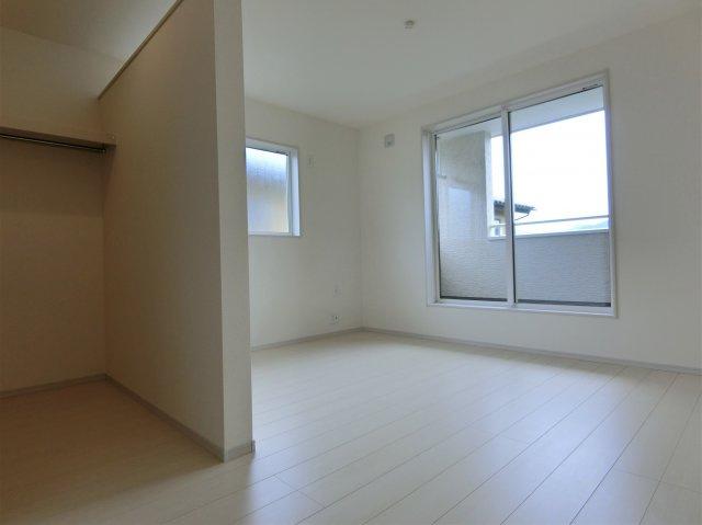 2階7.5帖の洋室です。2方向に窓がある明るく過ごしやすいお部屋です。WIC設置されています。