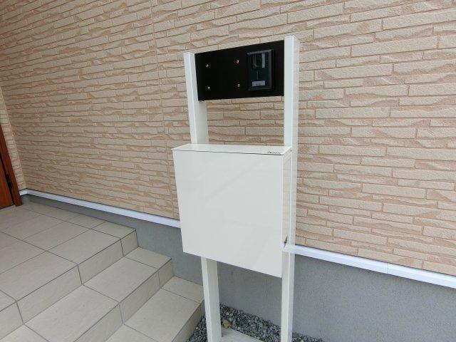 オリジナル門柱は表札、TVモニター付きインターホン、ポストがセットになっています。