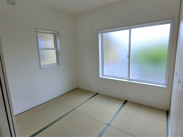 3.75畳の和室です。リビングとの間の引き戸を開放するとさらに広々した空間になります。
