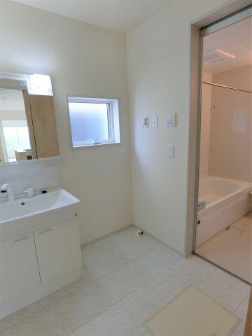 洗面脱衣室です。シャンプードレッサーは鏡裏に歯ブラシや化粧品などの小物が収納できます。