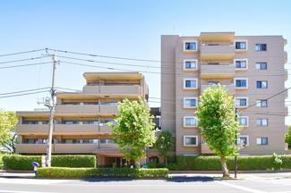 堂々とした外観が目を引きます。 「平安町二丁目」バス停が目の前! 鶴見駅、川崎駅へのアクセスが便利!