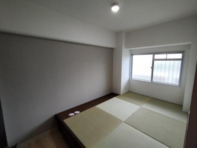 洋室(4.6帖):北向きの窓があるお部屋です。 畳が丘収納があるので、ベッド代わりにもなり、畳で、ほッと和める空間になりますね♪