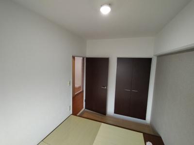 洋室(4.6帖):こちらのお部屋にはクローゼット収納がございます。