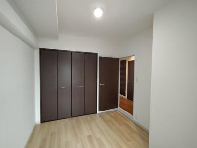洋室(4.9帖):こちらのお部屋にはクローゼット収納がございます。 収納力たっぷりでお部屋が広く使えますよ♪