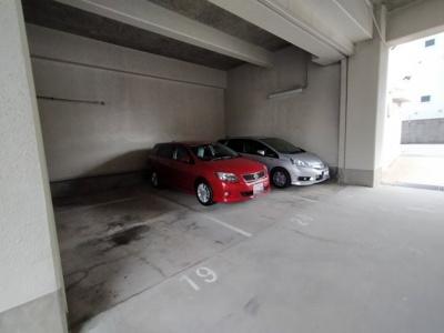 マンション敷地内にある屋根付き駐車場です。