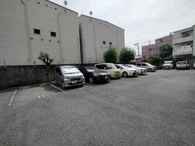 マンション敷地内にある平面駐車場です。