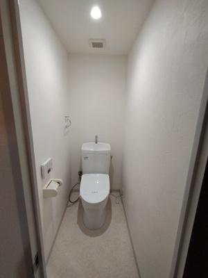 白を基調とした清潔感のあるトイレです。 平成29年にリフォーム済です。