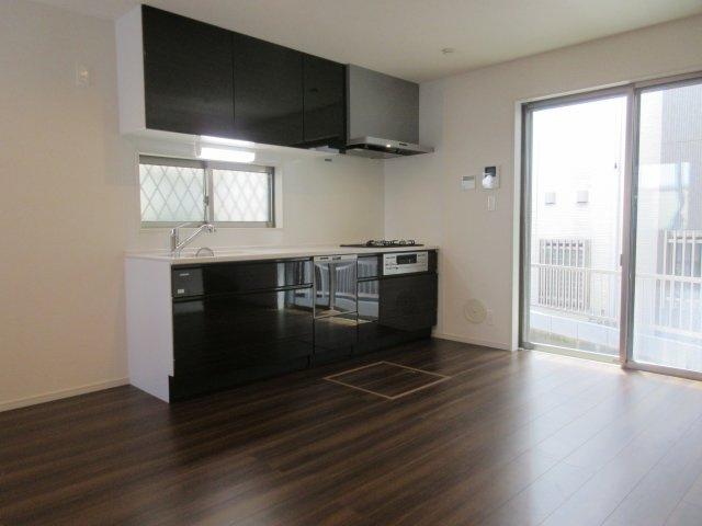 備え付けの吊戸棚がついています。キッチンと色合いも統一されて収納豊富な設備。