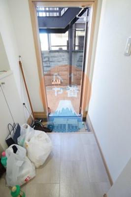 玄関です。クリーニング中なのでこれからきれいになります。