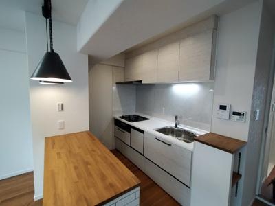 新調し立てのシステムキッチンには食洗機と浄水器がついています。 ちょっとした棚や収納があると嬉しいですね♪