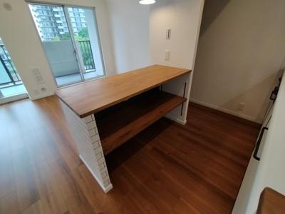 広めのキッチンカウンターがありテーブルとしてもご利用いただけ便利です。調理家電等を置く事も出来ますね♪