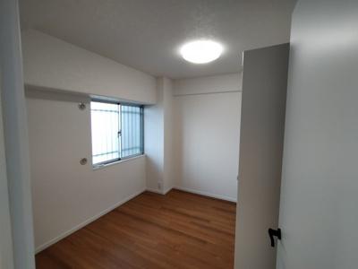 洋室(5.2帖):北向きの窓があるお部屋です。