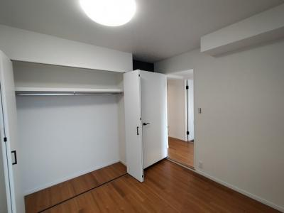 洋室(5.2帖):こpちらのお部屋には大きなクローゼット収納がございます。