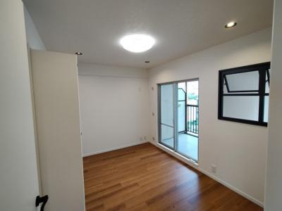 洋室(6.0帖)南向きバルコニーに面した明るいお部屋です。 リビングとの間に部屋窓がございます。 子供部屋にすればお子様の様子が見れ安心ですね♪