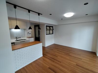 LDK(12.8帖):オシャレな内装のLDKです。 洋室(6.0帖)との壁には部屋窓があります。