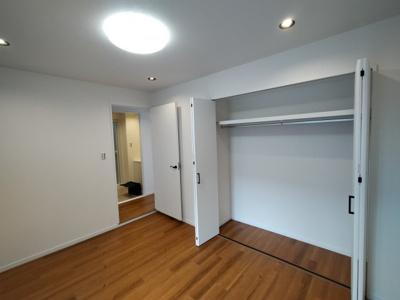 洋室(6.0帖):こちらのお部屋にもクローゼット収納がございます。