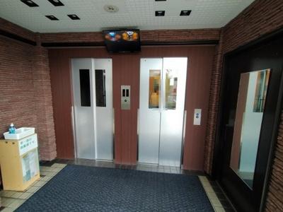 エレベーターは2基あるので、朝の混雑時もスムーズですね♪ 防犯カメラ付きで安心です。