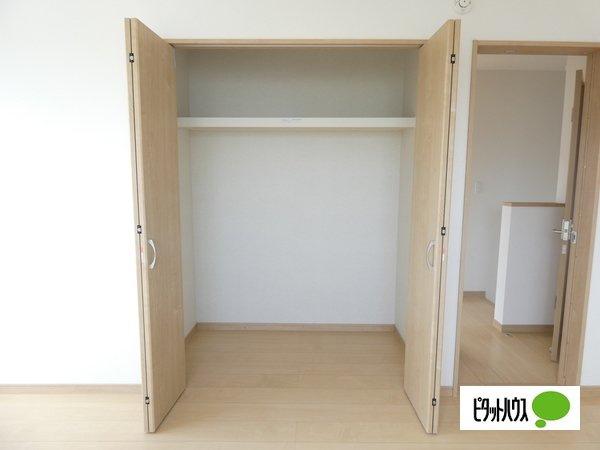 【1号棟】収納 ウォークインクローゼット:荷物をまとめて1か所に収納できるので片付けがしやすくお部屋も広く使えます♪
