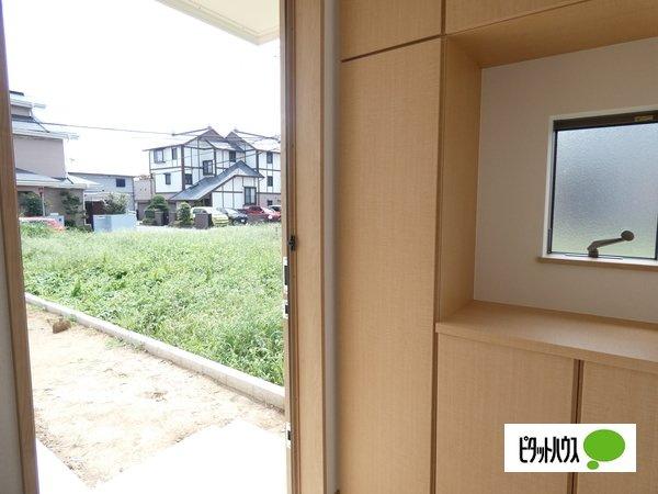 【1号棟】玄関 窓がついて風通しの良い明るい玄関♪