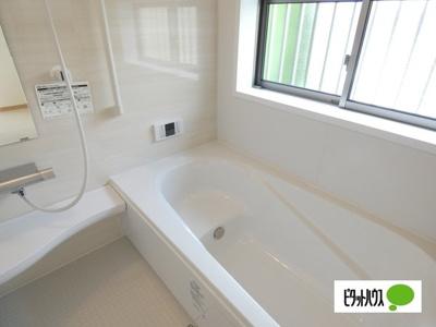 【1号棟】浴室 くつろげる広さ1坪浴室♪足を延ばして一日の疲れを癒しましょう☆彡