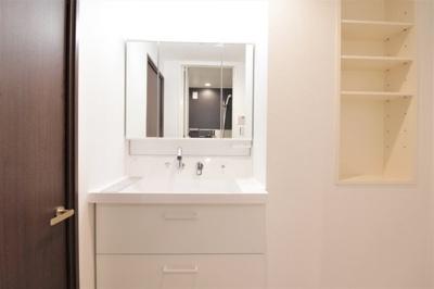 照明付きで朝の支度にも使いやすい独立洗面台です。