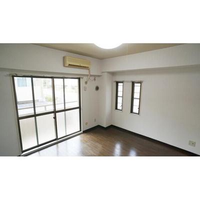 窓が多く開放的なお部屋