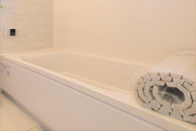 ◇Bath room◇タカラスタンダード社のバスルームと洗面台。保温材を使用したバスルームは冬でも温かく快適です。洗面台は汚れにくく掃除がしやすいメラニン化粧板を使用しています【当社施工例・標準仕様】