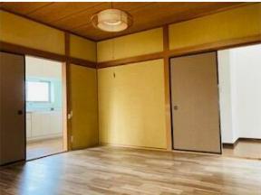 キッチン横の1階7帖の洋室。