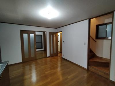 隣の洋室とは引き戸ですので、開放しておくこともできます。 リビング階段ですとご家族の出入りが分かり安心できますね♪