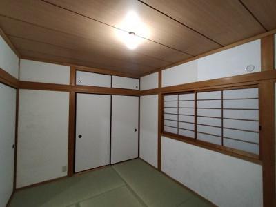 続き和室で大きな収納もあります。広く使えますね。
