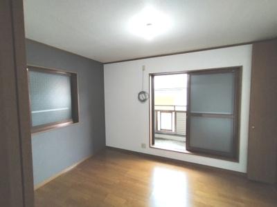 2階洋室(6.0帖):東向きバルコニーに面したお部屋です。