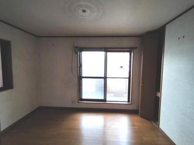 バルコニーに面した明るい居室。