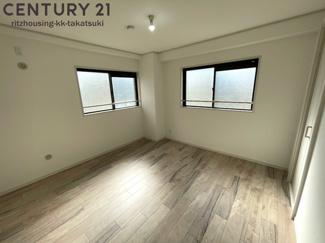 (洋室 7.2帖) 角部屋なので窓が2か所あり、陽当たり通風良好です! フローリング新調、建具も新調済です!